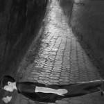 道に寝そべる男