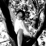 木の上の子供